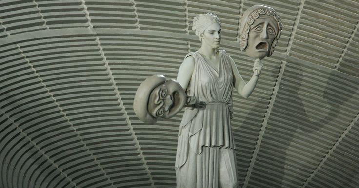 Símbolos dos deuses e deusas da mitologia grega. Os deuses e deusas da mitologia grega consistem dos Titãs, os Olimpianos e vários de seus filhos, além das esposas e semideuses. Os primeiros Olimpianos são os mais importantes já que eles eram os filhos dos dois principais Titãs. Na mitologia grega, há vários símbolos que representam objetos ou atividades associadas com seus deuses específicos.