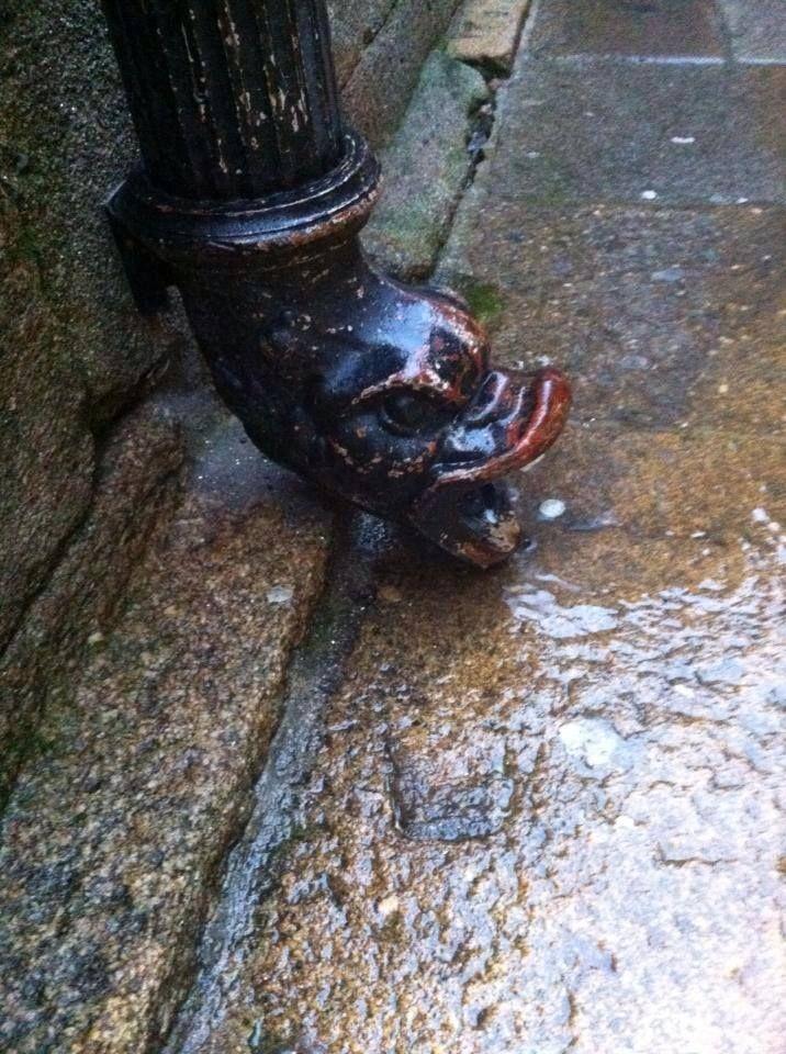 Curiosa tubería, ¿verdad? Es gracioso verla echar agua a borbotones cuando llueve en Santiago. Te la encontrás pasenado por la Rúa do Vilar.