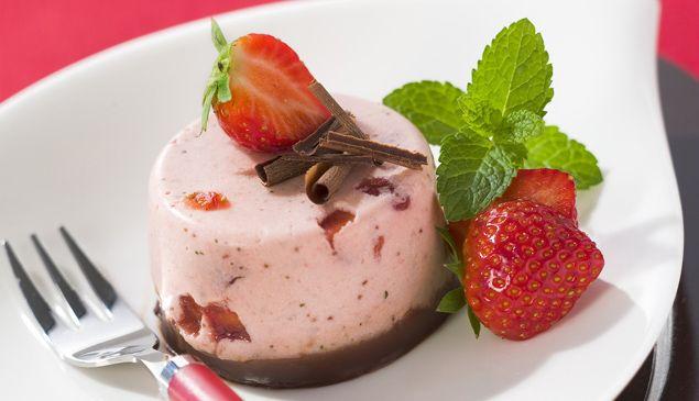 Mixez 400 g de fraises avec les feuilles de menthe. Faites ramollir les feuilles de gélatine dans u...