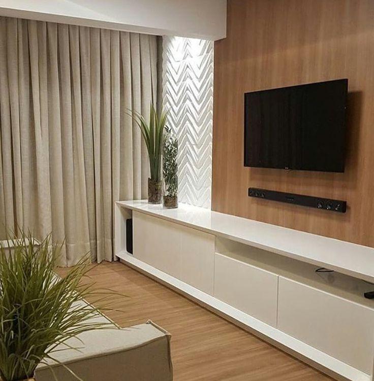 Mais uma opção para salas estreitas {} O móvel de laca branca sem puxadores toma toda a parede e dá a sensação de ampliar o ambiente { Projeto @433arquitetura }