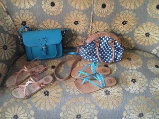Bolso azul de Marina Galanti. Bolso de lunares blancos y fondo azul marino de Tangered. Sandalias marrones y sandalias azul turquesa de Giossepo.