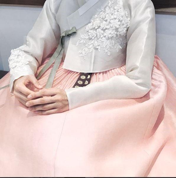 안녕하세요 청담 이승현한복입니다. 오늘은 예쁜 신부 한복들을 소개해드릴려고합니다. 요즘 핫한 이승현한...