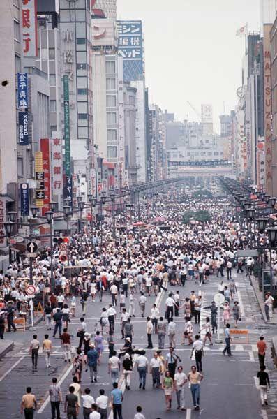 昭和45年、東京・銀座の歩行者天国。銀座、新宿、池袋、浅草で歩行者天国がスタートした(1970年08月02日) 【時事通信社】