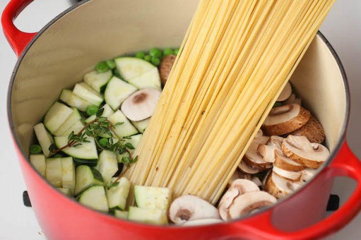 Krémové špagety s cuketou a žampiony z jednoho hrnce krok 1