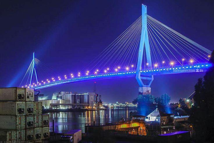 Hamburg leuchtet blau
