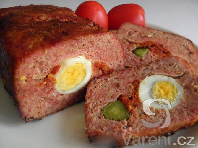 Domácí recept na sekanou z krůtího masa, plněnou vejci, klobásou a okurkami.