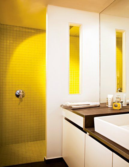Une douche à l'italienne XXL en mosaïques jaunes