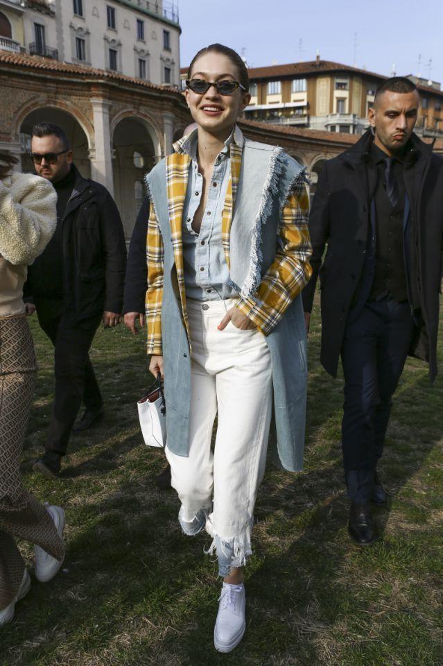 Jacke wie Hose: Model Gigi Hadid spaziert am Rande der Mailänder Fashion-Week (21. – 27. Februar) im Jeans-Outfit mit Fransen-Details. Fringes haben schon in den 70ern und 90ern unsere Outfits aufgepeppt und gesellen sich nun wieder zu unserer Garderobe.