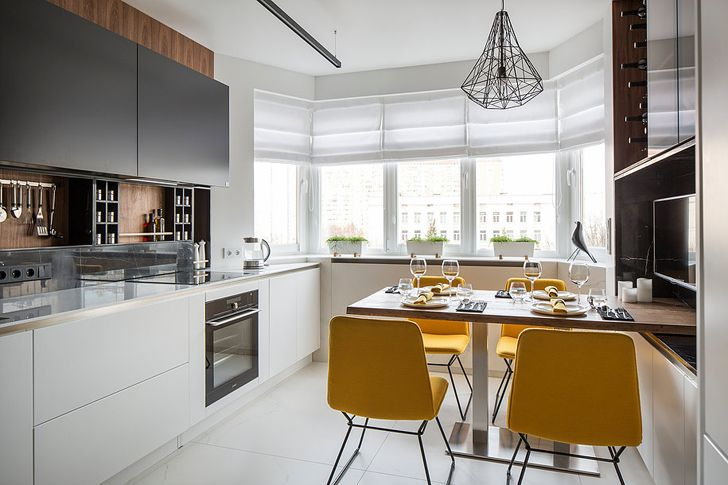 Черно-белые фасады, деревянныеэлементы и желтый как акцент — вот успешная формула дизайна этой замечательной современной кухни в одном из московских новостроев. Этот как раз тот случай, когда функциональность и эстетика минималистичного интерьера идеально соединились в одном очень гармоничном и не самом большом пространстве.Здорово!