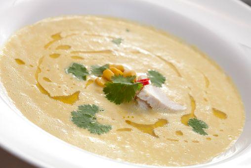 zupa z kukurydzy - Lekka zupa z kukurydzy z kurczakiem i kolendrą - Przepisy kulinarne Tesco