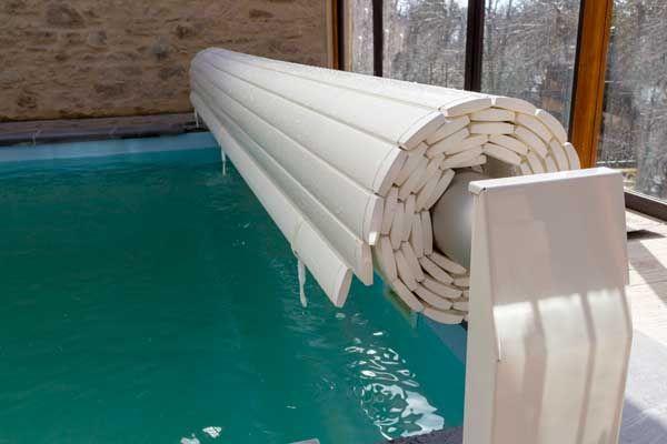 Volet de piscine hors sol :  Sécurité: Supporte jusqu'à 100kg m², conforme à la norme NF P90-308. Protection: Limite les impuretés, conserve la propreté de la piscine, évite le développement des algues. Économique: Limite l'évaporation, diminue l'utilisation des produits de désinfection. Confort: Isolant, les lames assurent le maintien de la température de l'eau. Simplicité: Installation facile. Esthétisme et discrétion. Réduction de l'espace occupé autour du bassin.
