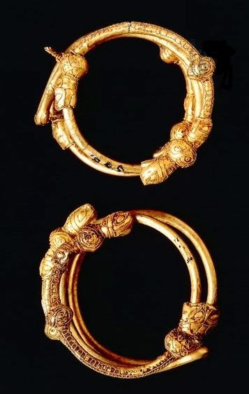 Etruscan civilization,7th century b.C. Goldsmithery. Gold hair clips for plaits. From Cerveteri, Lazio Region, Italy. Artwork-location: Rome, Museo Nazionale Etrusco Di Villa Giulia (Villa Giulia National Museum, Archaeological Museum) .