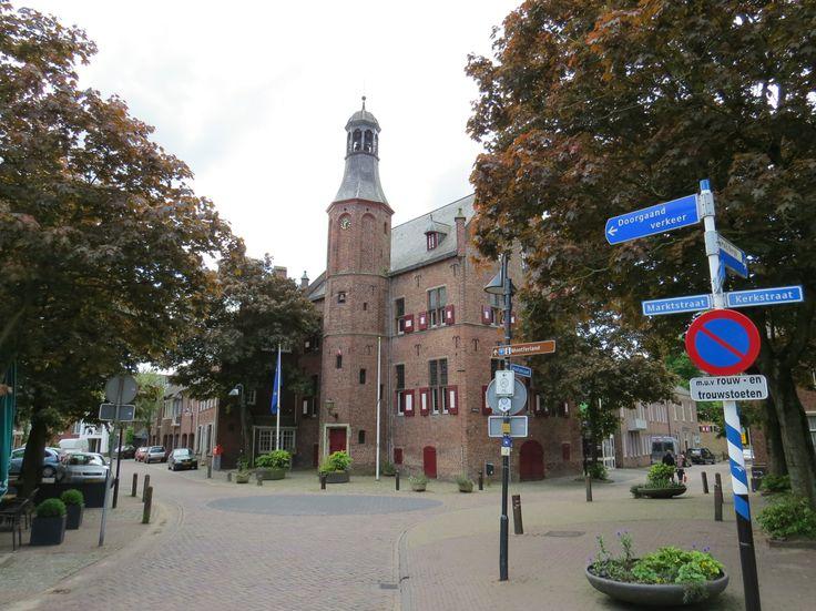 2014-05-03 Vanaf de Kerkstraat in 's Heerenberg loop je naar Huis Bergh langs fraaie oude panden
