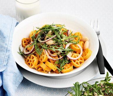 Den här pasta rosson med bönsallad är en krämig rätt med smak av chili och den färgglada salladen är ett perfekt tillbehör. Den kokta pastan blandas med tomatsåsen som fått smak från de frästa grönsakerna. Därefter förbereds bönsalladen som är tillbehöret i denna rätt. Smaklig måltid!