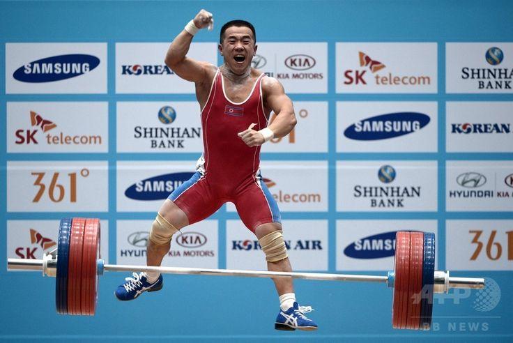 第17回アジア競技大会(17th Asian Games、Asiad)重量挙げ男子56キロ級。試技を成功させ歓喜する北朝鮮のオム・ユンチョル(Om Yun-Chol、2014年9月20日撮影)。(c)AFP/ROSLAN RAHMAN ▼21Sep2014AFP 北朝鮮選手、男子重量挙げ56キロ級世界新で金 アジア大会 http://www.afpbb.com/articles/-/3026572 #Incheon2014