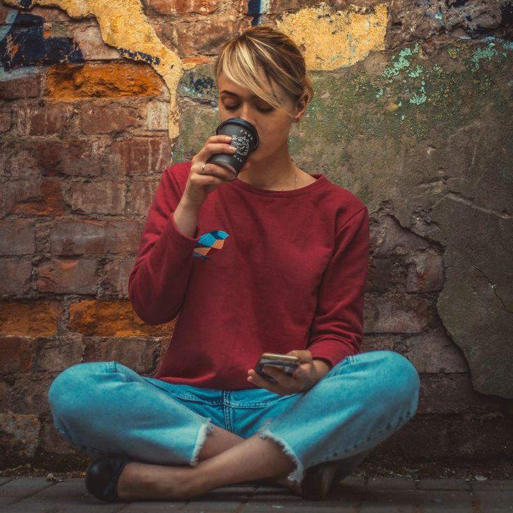 Портрет девушка кофе джинсы стена лофт фотография
