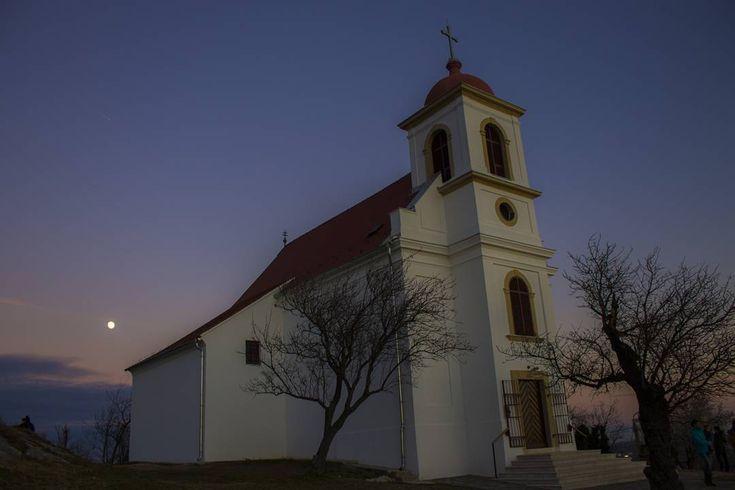 Szilveszter este Pécsett. Havi-hegyi kápolna és majdnem telihold. #pécs #hungary #latergram #moon #bluehour #chapel #dslr #canon #photoofday