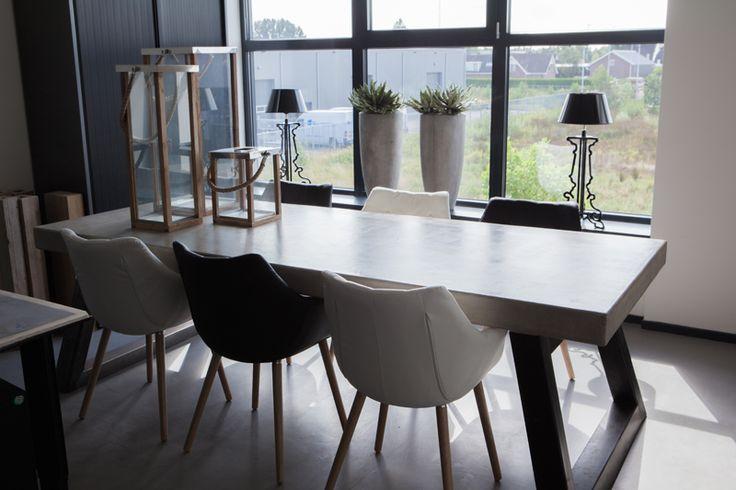 Stevige en stoere betonlook design tafel door Molitli Interieurmakers