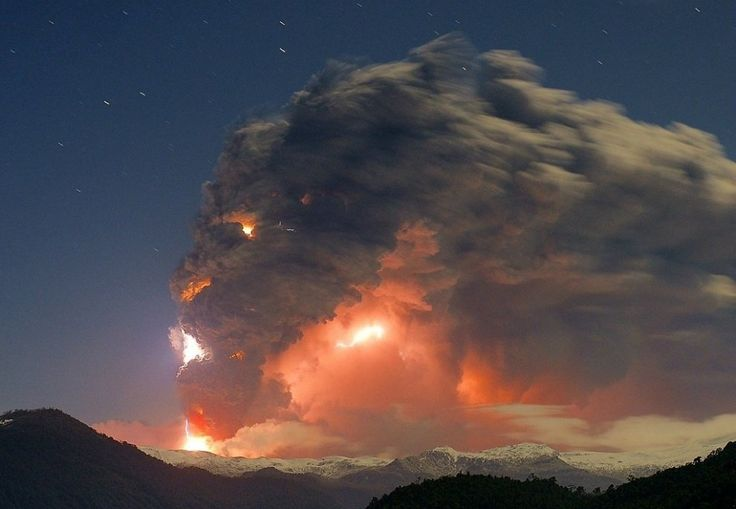 Erupcion del enfurecido volcan cordon Caulle Puyehue en Chile, 2011