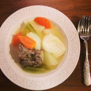 こぐまちゃんのフランス暮らし 牛テールスープの根菜シチュー 牛テールはニンニク、生姜、玉ねぎを丸ごととローリエを入れて一緒に柔らかくなるまで数時間煮込み。 薬味は途中で取り出します。(1時間後ぐらいかな)