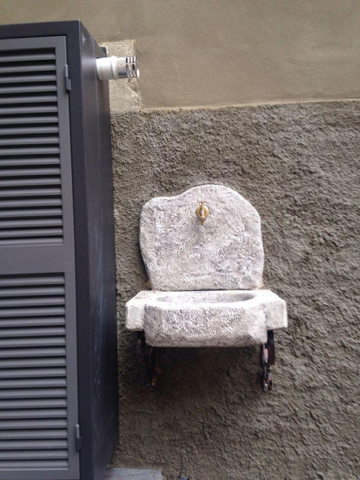 Lavello da giardino modello Anterselva, colore: antichizzato. Località: Milano.