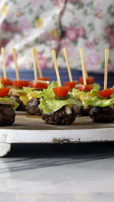 Receita com instruções em vídeo: Surpreenda seus convidados com essa deliciosa receita de hambúrguer no palito! Ingredientes: 400g de carne de segunda moída, Sal, Pimenta do reino, 1 colher de chá de alho em pó, 1 colher de sopa de tomilho fresco, 100g de bacon, 100g de queijo prato, 2 folhas de alface americana em cubos, 2 pepinos em rodelas, 100g de tomatinhos cereja cortados em rodelas
