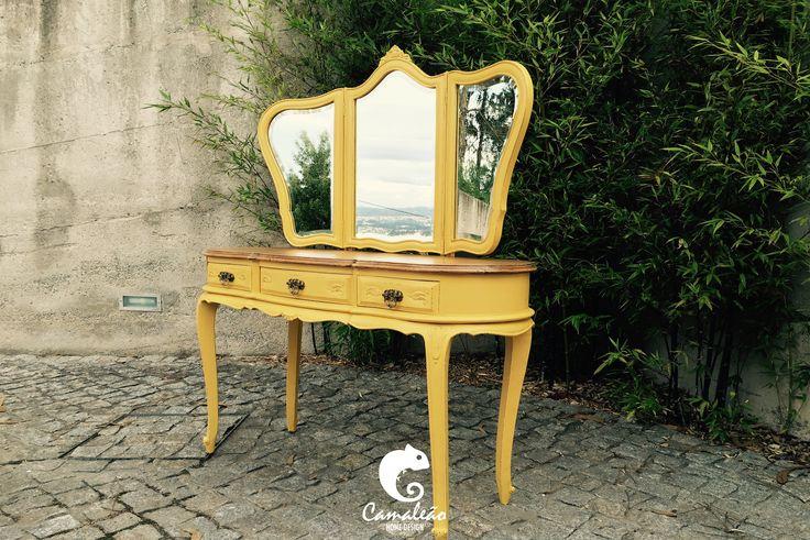 Toucador #03 Antigo toucador de madeira pintado de amarelo finalizado com o recurso ao decapé e verniz acetinado. A Camaleão – Home Design procede a transformações de mobiliários solicitadas pelo cliente.