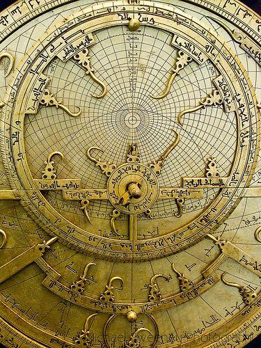 Pérsico de Astrolab Este astrolabio persa temprano con un movimiento orientado calendario es la máquina con engranajes más antiguo que existe en un estado completo.  Se ilustra una etapa importante en el desarrollo de las diferentes máquinas astronómicas complejas a partir de la cual los eruditos derives.Islamic reloj mecánico aprendieron de este diseño de un texto de uno de los más grandes científicos islámicos, al-Biruni (973-1048), que explicaron cómo engranaje puede ser utilizado para…