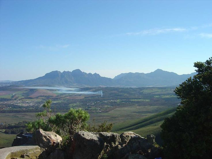 Somerset West is ideally situated as the gateway to the Winelands, it is a mere 30 minute drive from Cape Town, 31km from the airport, 20km from Stellenbosch University and 6 minutes' drive from the False Bay coast with its golden stretches of long sandy beaches.