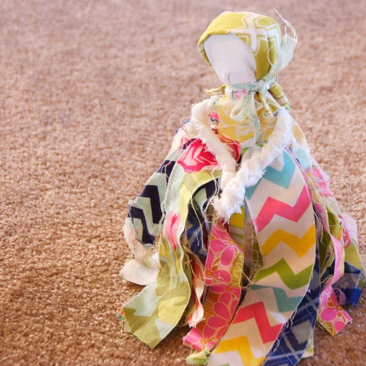 Fun, no-sew rag doll! The only hard part will be cutting out all the strips of fabric. 150 strips for 5 girls… #easycrafts #pioneer #girlscrafts
