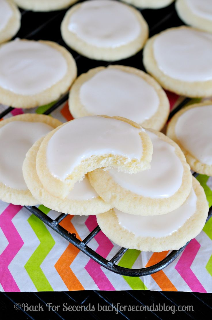 Soft and Light Meltaway Cookies with Vanilla Almond Icing - these are SO GOOD! #meltaways #buttercookies #cookies