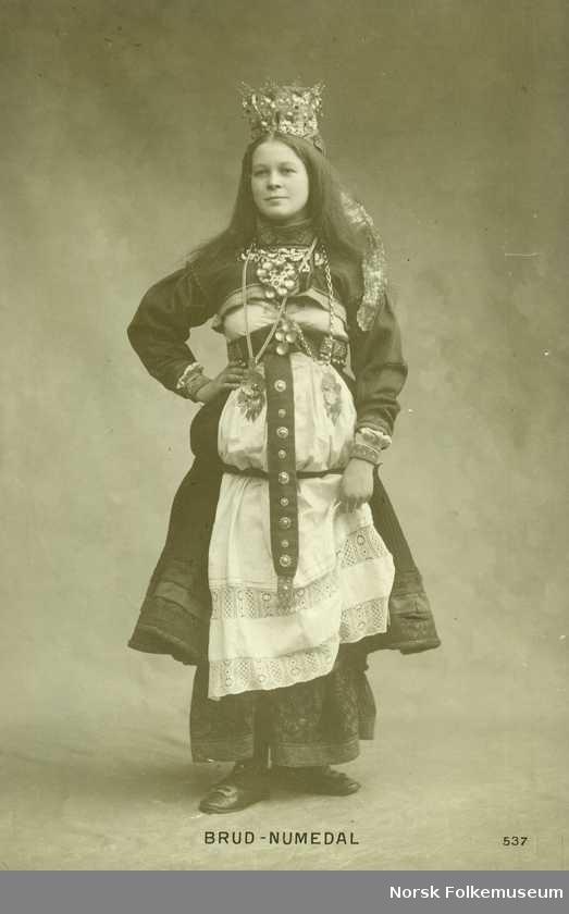 Digitalt Museum - Postkort, jente i brudedrakt fra Numedal.
