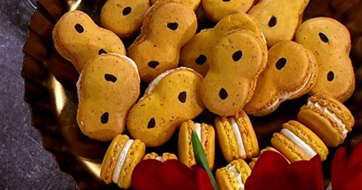 Saffransmacarons formade som lussekatter, fyllda med marängsmörkräm på vit choklad! Kul att baka och riktigt imponerande lussefika.