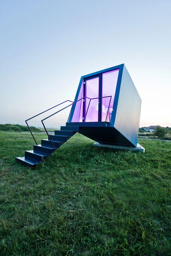 Développé comme une idée pour l'industrie du tourisme, le studio autrichien «  Studio WG3 » a conçu l'Hypercubus, une chambre d'hôtel mobile. Le concept de cette structure repose sur trois traits fondamentaux: l'emploi de zones ouvertes avec l'infrastructure disponible, la création de petites unités modulaires portatives et chaque structure est auto-suffisante pour accueillir du monde.