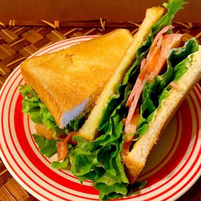 今まで食べた中で1番美味しかったBLTもNYの小さなデリでした あの味がまた食べたいぃぃぃ❗️  BLTはいくつものバリエーションがあるが、欠かすことができないのはベーコン、レタス、トマト、マヨネーズ、そしてパンという材料であり、その質と量については好みの問題アメリカのとても典型的なサンドイッチとして昔から人気があります。 - 50件のもぐもぐ - BLT Sandwich(´∀`)ノベーコンレタストマトサンドイッチ by honeybunnyb