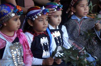mundo mapuche para niños: Vestimenta típica mapuche. Mapuche indian child in traditional dress.