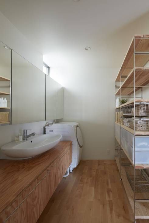 court house: 小泉設計室が手掛けたtranslation missing: jp.style.洗面所-お風呂-トイレ.minimalist洗面所/お風呂/トイレです。                                                                                                                                                                                 もっと見る