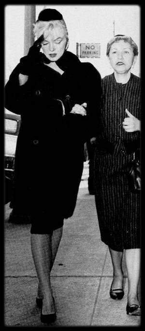 8 Mars 1961 / Accompagnée de May REIS (sa femme de chambre du moment), Marilyn assista à l'enterrement d'Augusta MILLER, la mère d'Arthur MILLER, malgré leur récente séparation et sa sortie de l'hôpital. Elle présenta ses condoléances à Arthur et réconforta son ex-beau-père, Isadore. Celui-ci devait subir une intervention chirurgicale lorsque son épouse décéda. Il quitta l'hôpital pour l'enterrer. Les jours suivants l'enterrement d'Augusta MILLER, Marilyn appela régulièrement Isadore, parla…