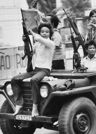 Con la presa di Saigon da parte delle truppe nord vietnamite e il crollo del governo del Vietnam del Sudterminava uno dei conflitti più drammatici della guerra fredda. Un percorso di video e photogallery per ricordare quel giorno