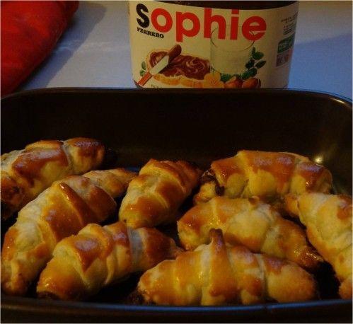 C'est en voyant passer une photo sur Facebook, que j'ai vu qu'on pouvait faire ultra-facilement des mini-croissants au Nutella. Il suffit : * d'une pâte feuilletée pré-étalée * de quelques cuillères de pâte à tartiner * et d'un jaune d'oeuf On coupe son...