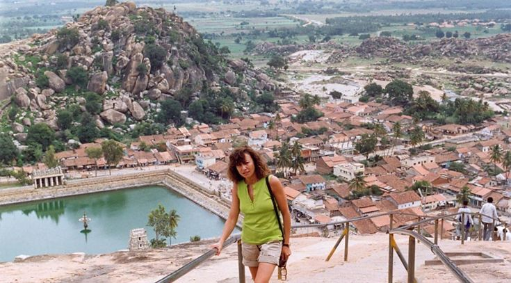 """Subiendo los escalones de un templo de Tamil Nadu. La India es el lugar al que volveré una y otra vez, en un descubrimiento progresivo y siempre inacabado de un país que ha sido fuente de inspiración  para mis novelas """"Mandala"""" (Premio Andalucía de Novela 1997) , """"Indian Express"""" (Premio Azorín de Novela 2011) y mi relato """"Adios Istambul"""" (Accesit Premio Antonio Machado 1999)."""