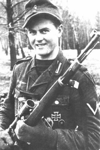 Matthäus Hetzenauer Geboren am 23.12.1924 in Brixen im Thale. Gestorben am 03.10.2004 in Brixen im Thale. Matthäus Hetzenauer war ein deutscher Scharfschütze und Ritterkreuzträger im Mannschaftsstand im Zweiten Weltkrieg.