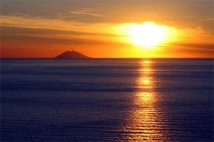 You want to see this sunset with the Stromboli vulcano?? - Come on a romatic tour with Calabria Sport Fishing!