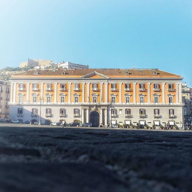 """Sui confini di Piazza del Plebiscito due palazzi, detti """"i gemelli"""", completano la composizione. Palazzo Salerno a nord e il Palazzo della Prefettura, qui in foto, a nord. Mi ha sempre affascinato la scena che crea questo palazzo con la collina di S.Martino proprio alle sue spalle. __________________________________ #napoli #yallersitalia #yallerscampania #foto_italiane #foto_napoli #fotografi_amo #fotografia #napolipix #igersitalia #loves_italia #ig_napule #ig_napoli #igersnapoli #cityscape…"""