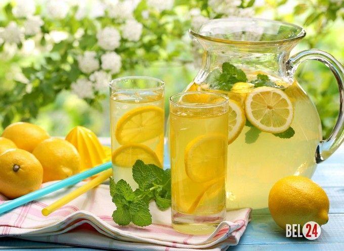 Имбирный лимонад с мятой Ингредиенты: Корень имбиря свежий – 1-2 см Мята свежая – 2 веточки Лимон большой – 1 шт Лайм – 1 шт Сахар – 5 ст.л. Вода – 2 л Рецепт приготовления имбирного лимонада с мятой: Для начала лим