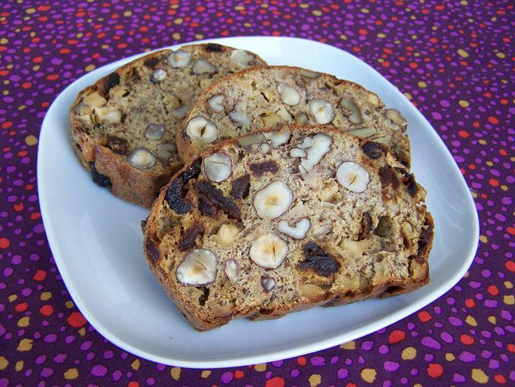 Oma's Notenbrood  Davids oma deed haar oude vegetarische kookboeken weg, die werden meteen geadopteerd. In één van de boeken zat een los velletje, waar met een ouderwetse typemachine een recept voor notenbrood op geschreven was. Melk vervangen door sojamelk, ei vervangen door lijnzaad met water. Voilà, volledig plantaardig notenbrood!    Dit notenbrood is ook makkelijk koolhydraatarm te maken als je het meel vervangt door de bakmix. De suiker en rozijnen kun je weglaten of ve