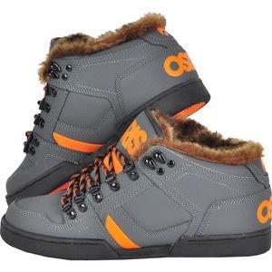 Pregateste-te pentru sezonul rece cu Osiris NYC Mid, o pereche de pantofi sport skate prevazuti cu captuseala si blana, ideali pentru iarna. Pielea din care sunt confectionati este gandita astfel incat apa sa alunce imediat de pe ea, accesoriile metalice si sireturile rotunde sunt pentru o mai buna fixare.