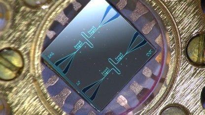 Quantenkonferenz   Neuartiger integrierter Quanten-Schaltkreis-Kühler für heißgelaufene Qubits nutzt Metall-Supraleiter-Tunnelkontakte.
