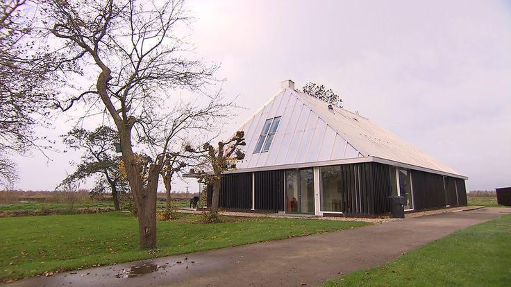 Aan de rand van het Friese natuurgebied De Deelen woont boekenhandelaar en kunstliefhebber Steven Sterk. Hij bouwde hier zijn versie van een moderne stolpboerderij.