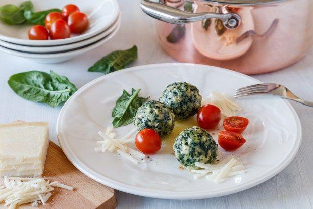 Měděné nádobí je ozdobou kuchyně. Vyzkoušeli jsme v něm uvařit houskové špenátové knedlíčky, na kterých si můžete pochutnat v oblasti Trentino v jižním Tyrolsku. Jsou lehounké jako dech kombinace ochuceného špenátu, másla a parmazánu je téměř nadpozemská.
